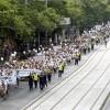 Béremelést követelt több ezer ápoló a Parlament előtt