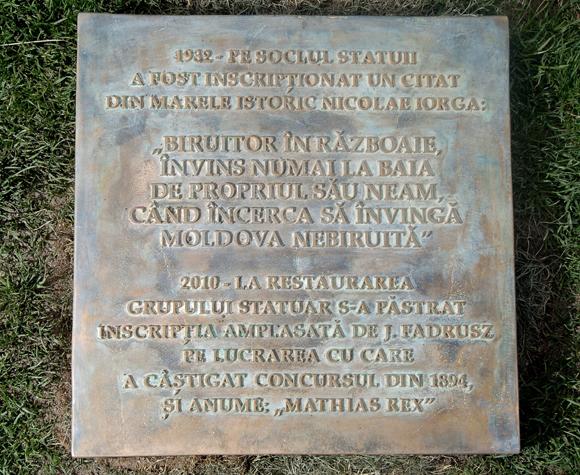 Románia - Vitatott tábla a kolozsvári Mátyás-szobornál