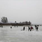 Hideg idő - Téli sport - Balaton - Keszthely, 2012. február 3. - Fiatalok jégkorongoznak a befagyott Balatonon, a keszthelyi strandon. MTI Fotó: Turcsi Gábor