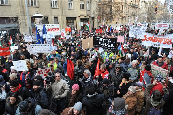 Tiltkozo_menet_Miskolc_Budapest_a_parlamentnel00