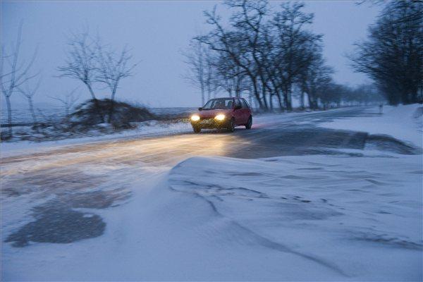 Havazás Szabolcsban - Nagycserkesz, 2012. február 4. - Autó halad a 36-os főúton Nagycserkesz és Tiszavasvári között, ahol hóbuckák és hóátfúvások alakultak ki., MTI Fotó: Balázs Attila