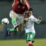 Juhász Roland (4)  vezeti a labdát Valentin Iliev mellett a Magyarország-Bulgária barátságos labdarúgó mérkőzésen a győri Rába ETO Stadionjában. MTI Fotó: Illyés Tibor