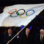 London, 2012. augusztus 13. Eduardo Paes, a 2016-os nyári olimpiát rendező Rio de Janeiro polgármestere (b) meglengeti az olimpiai zászlót, amelyet Jacques Rogge-tól, a Nemzetközi Olimpiai Bizottság elnökétől (k) vett át a 2012-es londoni nyári olimpia záróünnepségén az Olimpiai Stadionban 2012. augusztus 12-én. Jobbról Boris Johnson, London polgármestere. MTI Fotó: Kovács Tamás