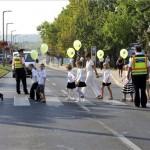 A budaörsi Herman Ottó Általános Iskola diákjai rendőri segítséggel mennek át a zebrán az iskola közelében 2012. szeptember 3-án. MTI Fotó: Kovács Attila