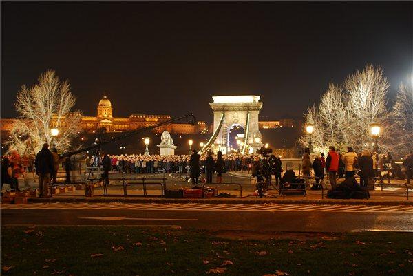 himnusz_uj_verzio_tv_gyermekkorus_lanchid_budapest2012