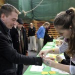 Jávor Benedek, a Lehet Más a Politika (LMP) frakcióvezetője (b) regisztrál a Csillebérci Ifjúsági és Szabadidőközpont tornacsarnokában, ahol 2012. november 17-én megkezdődött az LMP kétnapos kongresszusa. A résztvevők többek között az együttműködésről és ezen belül a szövetségesi politikáról is döntenek. MTI Fotó: Kovács Attila