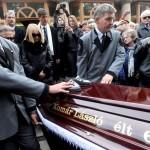Komár László koporsóját viszik a 67 éves korában, október 17-én elhunyt énekes temetésén a budapesti Újköztemetőben 2012. november 6-án. MTI Fotó: Földi Imre