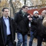 Schiffer András, a Lehet Más a Politika (LMP) képviselője (b és) Karácsony Gergely, az LMP frakcióvezető-helyettese (b2) újságírók kérdéseire válaszol, miközben megérkeznek a Csillebérci Ifjúsági és Szabadidőközpont tornacsarnokába, ahol 2012. november 17-én megkezdődik az LMP kétnapos kongresszusa. A résztvevők többek között az együttműködésről és ezen belül a szövetségesi politikáról is döntenek. MTI Fotó: Kovács Attila