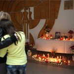 Diákok állnak iskolatársuk, az előre kitervelten, brutális kegyetlenséggel meggyilkolt 11 éves Szita Bence emlékhelyénél a mernyei általános iskola aulájában 2012. november 5-én. MTI Fotó: Varga György