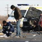 Rendőrök helyszínelnek két összeroncsolódott jármű közelében, melyek frontálisan ütköztek a 4-es főút 164-es kilométerénél, Karcag külterületén 2013. január 6-án. A balesetben a vétlen, magyar rendszámú szamélyautó öt utasa közül négy felnőtt: három férfi és egy nő a helyszínen életét vesztette, míg egy csecsemő, akit életveszélyes állapotban, mentőhelikopterrel szállítottak kórházba a debreceni Kenézy Kórházban halt meg. A balesetet  okozó francia rendszámú gépkocsi három utasa sértetlenül úszta meg a karambolt. MTI Fotó: Bugány János