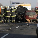 Rendőr helyszínel és tűzoltók végzik a műszaki mentést két összeroncsolódott jármű közelében, melyek frontálisan ütköztek a 4-es főút 164-es kilométerénél, Karcag külterületén 2013. január 6-án. A balesetben a vétlen, magyar rendszámú szamélyautó öt utasa közül négy felnőtt: három férfi és egy nő a helyszínen életét vesztette, míg egy csecsemő, akit életveszélyes állapotban, mentőhelikopterrel szállítottak kórházba a debreceni Kenézy Kórházban halt meg. A balesetet  okozó francia rendszámú gépkocsi három utasa sértetlenül úszta meg a karambolt. MTI Fotó: Bugány János