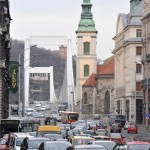 Járművek haladnak a budapesti Szabad sajtó úton 2013. január 7-én a Ferenciek tere és a Március 15. tér átépítése miatt kialakított új közlekedési rend szerint.