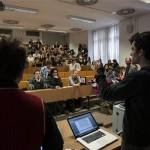 Teremfoglaló diákok beszélnek diáktársaikhoz az Eötvös Loránd Tudományegyetem (ELTE) budapesti, Múzeum körúti B épületében 2013. február 11-én. A demonstrálók az egyetemet érintő pénzelvonás miatt az oktatást több teremben megszakították. MTI Fotó: Szigetváry Zsolt