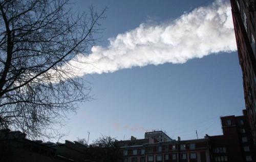Becsapódó meteor füstcsóvája Cseljabinszk felett, Oroszországban
