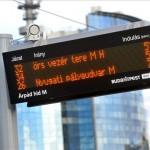 A Budapesti Közlekedési Központ (BKK) információs oszlopa egy villamosmegállóban, Budapesten, az Árpád híd pesti hídfőjénél 2013. április 10-én. MTI Fotó: Máthé Zoltán