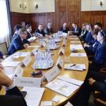 Matolcsy György, a Magyar Nemzeti Bank (MNB) elnöke (b3) magyarországi bankok vezetőivel folytat egyeztetést a jegybank budapesti székházában 2013. április 15-én. Az asztalnál körben balról: Csicsáky Péter, a TakarékBank Zrt. vezérigazgatója (háttal), Pohner Anikó, a Sopron Bank Burgenland Zrt. igazgatósági tagja (takarásban), Bártfai-Mager Andrea, a monetáris tanács tagja, Matolcsy György jegybankelnök, Balog Ádám MNB-alelnök (takarásban), Nagy Márton, az MNB pénzügyi stabilitásért és hitelösztönzésért felelős ügyvezető igazgatója, Antall Pál, a Porsche Bank Hungária Zrt. vezérigazgatója, Fáy Zsolt, a Magnet Magyar Közösségi Bank Zrt. elnöke, Fischer Tamás, az Oberbank AG igazgatóhelyettese, Győri Csaba, a Magyar Cetelem Bank Zrt. vezérigazgató-helyettese, Deák Katalin, a Credigen Bank Zrt. vezérigazgatója, Lakatos Antal, a Kinizsi Bank Zrt. elnök-vezérigazgatója, Ferencz Zoltán, a Banif Plus Bank Zrt. ügyvezető igazgatója (takarásban), Hegedűs Éva, a Gránit Bank Zrt. elnök-vezérigazgatója, Lukács Mihályné, a Hanwha Bank Zrt. ügyvezető igazgatója, Kozma András, a Commerzbank Zrt. elnök-vezérigazgatója és Albert János, a Bank of China Hitelintézeti Zrt. vezérigazgató-helyettese. MTI Fotó: Beliczay László