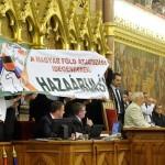 jobbik_tiltak_parlament_foldtorveny_2013jun21