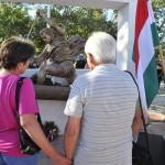 A 2008-ban elhunyt Kolonics György szülei az olimpiai bajnok kenus felavatott szobra, Kligl Sándor Munkácsy-díjas szobrászművész alkotása előtt a velencei-tavi evezős és kajak-kenu pálya céltornyánál 2013. augusztus 2-án.