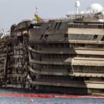 A Costa Concordia felállított roncsa Giglio-szigeténél