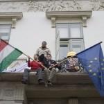 """Az Együtt-PM három aktivistája """"Döntsön a nép! Népszavazást Paksról!"""", valamint """"Miért féltek a népszavazástól?!"""" feliratú, paksi népszavazást követelő transzparensekkel tiltakozik a paksi bővítés ellen a Sándor-palota erkélyén 2014. február 9-én. MTI Fotó: Kallos Bea"""