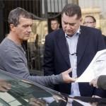 Antonio Banderas spanyol színész (b) egy őt ábrázoló karikatúrát vesz át egy rajongójától a budapesti Four Seasons Hotel Gresham Palace szálloda előtt 2014. április 3-án. A színész egy reklámfilm forgatására érkezett hazánkba. MTI Fotó: Kallos Bea