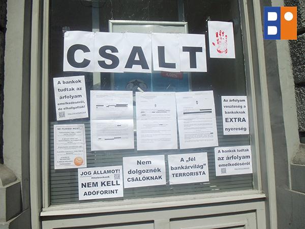 devizahitelesek_tiltakozasa_unicredit_banknal_budapest_2014jul