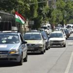 Az Otthonvédelmi Tanács demonstrációjának résztvevői érkeznek autókkal az Országház előtti Kossuth térre a belvárosi Báthori utcában 2014. július 4-én. A résztvevők a devizahitelek eltörlését, a hitelesek kártalanítását és a felelősök megbüntetését követelték. MTI Fotó: Koszticsák Szilárd