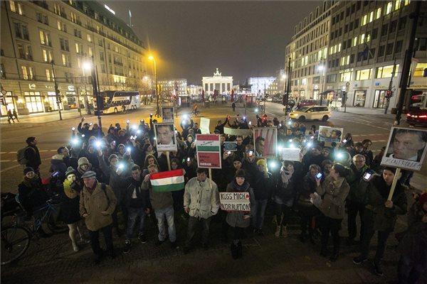 A közfelháborodás napja címmel meghirdetett tüntetés résztvevői a magyar nagykövetség épülete előtt Berlinben