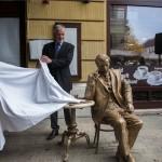 Az alkotó, Kligl Sándor szobrászművész Páva Zsolt polgármester leleplezi Weöres Sándor szobrát Pécsett, a Király utcában 2014. november 11-én.