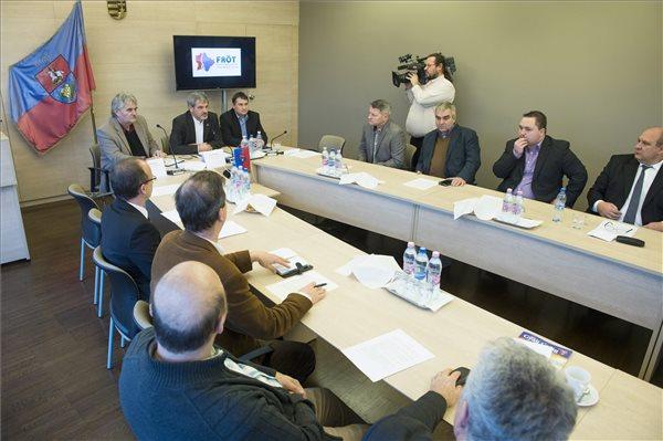 Szabó István (Fidesz-KDNP), a Pest Megyei Közgyűlés elnöke (b) Pápai Mihály (Fidesz-KDNP), Gyál polgármestere, a Fővárosi Agglomeráció Önkormányzati Társulás (FAÖT) elnöke (b2) és Kovács Péter (Fidesz-KDNP), a Budapesti Önkormányzatok Szövetségének elnöke (b3) a társulás kibővített ülésén a gyáli polgármesteri hivatalban