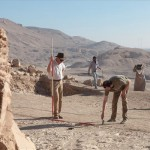 Bács Tamás, az Eötvös Loránd Tudományegyetem (ELTE) egyiptológiai tanszékvezetője (b) az Újbirodalom-korabeli TT67-es jelzésű sír feltárásánál a thébai nekropolisz területén 2014. december 4-én