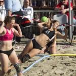 Friebesz Fanni a labdával a strandkézilabda Európa-bajnokság döntőjében a holland Paksoft Camelot és a magyar Agenta Girls mérkőzésén Budaörsön 2015. május 24-én