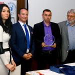 Ambrus András vette át a díjat Hinora Ferenctől (balra) és dr. Piskóti Istvántól (Miskolci Egyetem Marketing Intézetének vezetője (jobbra))