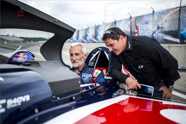 Besenyei Péter műrepülő-világbajnok (b) Gyulay Zsolttal, a Hungaroring Sport Zrt. elnök-vezérigazgatójával beszélget