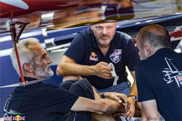 Besenyei Péter, a Red Bull Air Race Master Class kategóriájának versenyzője (b) szerelőkkel beszélget a budaörsi repülőtéren kialakított Air Race bázison
