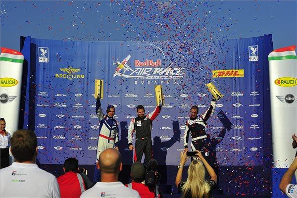 Az osztrák Hannes Arch, a Red Bull Air Race műrepülő világbajnoki sorozat budapesti versenyének győztese (k) az ünnepélyes eredményhirdetésen a budaörsi repülőtéren kialakított Air Race bázison 2015. július 5-én. Balról a második helyezett brit  Paul Bonhomme, jobbról a harmadik cseh Martin Sonka