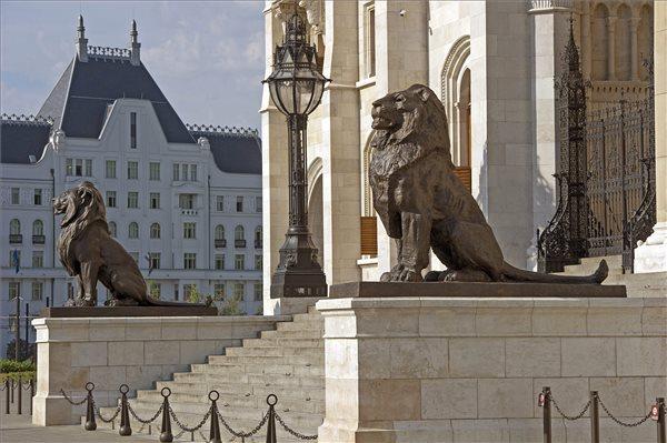 parlament_orszaghaz_oroszlan_szobrok_2015aug