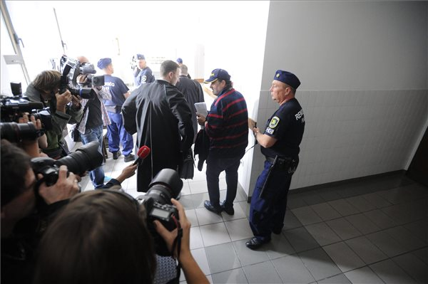 Lagzi Lajcsit 2015. szeptember 24-én rendőrök kísérik a Budaörsi Járásbíróságra