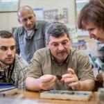 Türk Attila régész (k) vizsgál egy 9. századi tárgyat orosz és magyar régészek társaságában az oroszországi Izsevszk múzeumában