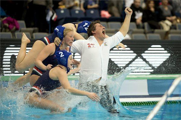 Czigány Dóra (2), Antal Dóra (3) és Garda Krisztina (12) a vízbe dobják Bíró Attila szövetségi kapitányt a női vízilabda Európa-bajnokság döntőjének végén