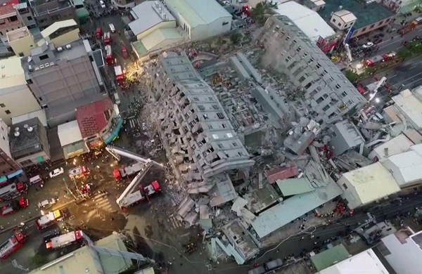 A CTI TV felvételéből kiragadott fotón látható a 16 emeletes tajnani lakótömb, mely kártyavárként omlott össze. A kép láttán csaknem csodaszerű, hogy nem haltak meg több százan