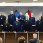 Az első sorban balról jobbra: Varga Zs. András, Szívós Mária (b2), Pokol Béla (b3), Juhász Imre (j3), Dienes-Oehm Egon (j2) és Balsai István (j). A felső sorban balról Stumpf István (b), Salamon László (b2), Czine Ágnes (j2) és Szalay Péter (j) alkotmánybírók.
