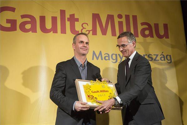 Come de Chérisey, a GaultMillau francia elnöke (j) átadja az év konyhafőnöke díjat Pesti Istvánnak (Platán étterem, Tata)