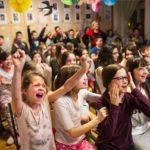A Bakáts Téri Ének-Zenei Általános Iskola énekkarának tagjai, az Oscar-díjas Mindenki című kisfilm szereplői az iskolában 2017. február 27-én, az Oscar-gála éjszakáján.