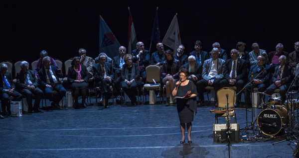 Kertész Zsuzsa televíziós bemondó, mögötte a díjazottak a Radnóti Miklós antirasszista díjak átadóünnepségén a Radnóti Miklós Művelődési Központban 2017. március 21-én. MTI Fotó: Szigetváry Zsolt