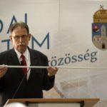 Kutor László címzetes egyetemi tanár, az Ariadné vakvezető rendszer egyik fejlesztője bemutatja az elektromos érzékelővel ellátott vakbotot