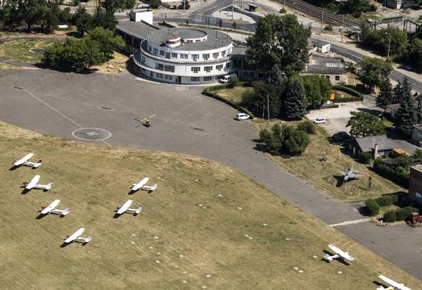 Budaörs, 2017. június 20. A budaörsi repülõtér fogadóépülete 2017. június 20-án. Nyolcvan éve, 1937. június 20-án nyitották meg a repteret, amely akkor az ország egyetlen nemzetközi repülõtere volt. MTI Fotó: Szigetváry Zsolt