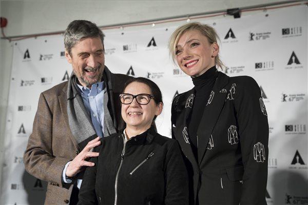 Enyedi Ildikó filmrendező, forgatókönyvíró (k), valamint Morcsányi Géza dramaturg, műfordító és Borbély Alexandra színésznő, a film főszereplői