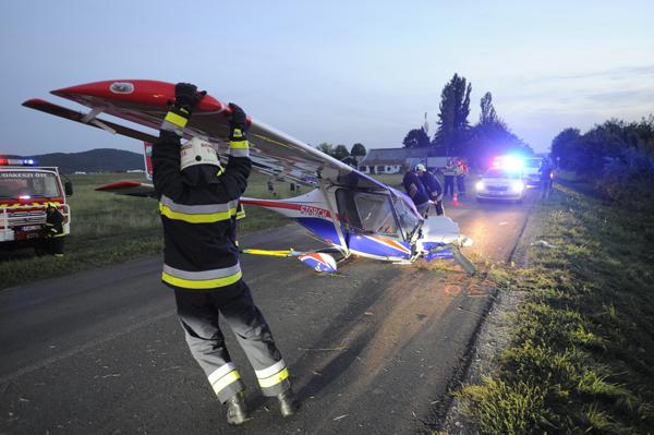 Budaörs, 2018. szeptember 13. Egy leszállás közben a leszállópályán túlfutott, majd az út mentén, az árokba csúszva megállt kisrepülõgép mûszaki mentésén dolgoznak a tûzoltók a budakeszi Farkashegyi repülõtér közelében, a Budakeszi és Budaörs közötti úton 2018. szeptember 13-án. Az elsõdleges információk szerint a gépen két ember utazott, egyikük sem sérült meg. MTI Fotó: Mihádák Zoltán