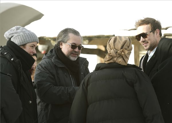 Bergendy Péter rendező (b2) György Csilla rendezőasszisztens (b), valamint Schell Judit (háttal) és Klem Viktor (j) színművészek társaságában Post Mortem című filmjének forgatásán a szentendrei Skanzenben 2019. január 29-én